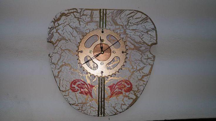 Cuadro artesanal  Base realizada con maderas de una máquina de coser reciclada.  Reloj con plato de moto.