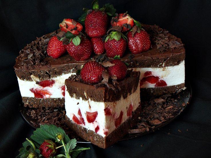 CAIETUL CU RETETE: Tort cu ciocolata, mascarpone si capsuni