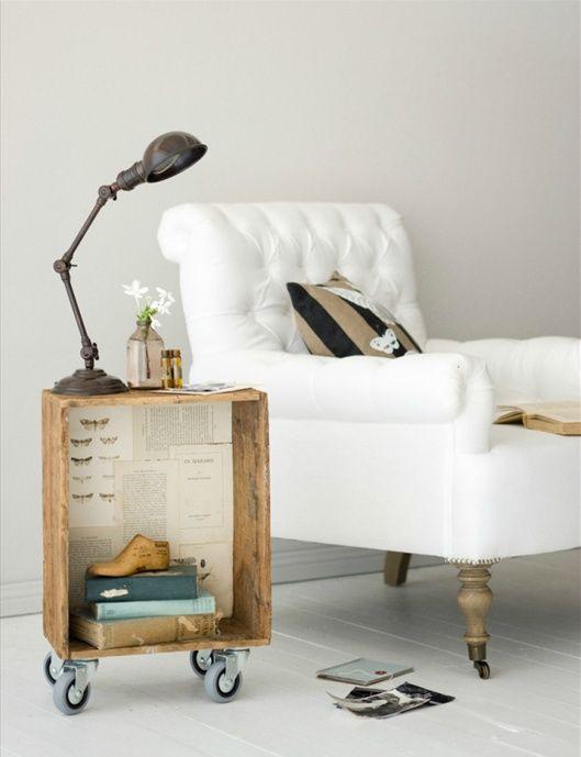 drewniane skrzynki,dtolik z drewnianej skrzynki,aranzacja ze skrzynką i fotelem,meble z palet,aranżacje z paletami,meble z recyklingu,pomysły z paletami,jak urządzić wnętrze z paletami,siedziska z palet,sofa z palet,aranżacja w szarym kolorze,ozdobne szare poduszki