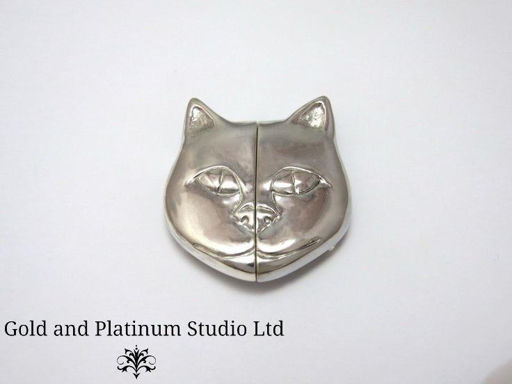 A new creation from our workshop. Mike carved this Cat's face nurses buckle in wax, and then cast it in silver.