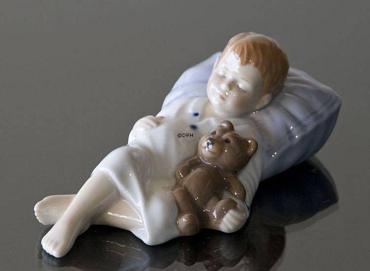 Фарфоровая статуэтка в серии Йенс Йенс спит мальчик спит с плюшевым мишкой, Royal Copenhagen статуэтка номер изделия 1021681 Исполнитель: Allan Therkelsen Размеры: Высота: 7 см Ширина: 11 см