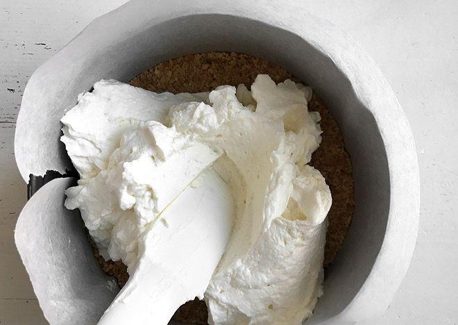 Brösel, Cheesecake, Himbeercoulis, Himbeeren, Israel, Käsekuchen, No-Bake Cheesecake, Pirurim Gvina,Streusel, Tel Aviv, ungebackener Käsekuchen