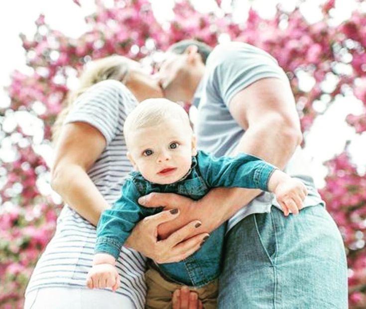 Was für eine fantastische Idee für ein #Babyfoto  die Arme werden von unten betrachtet zu einem großen Herzen   #familie #foto #lebenmitbaby #herzensmenschen