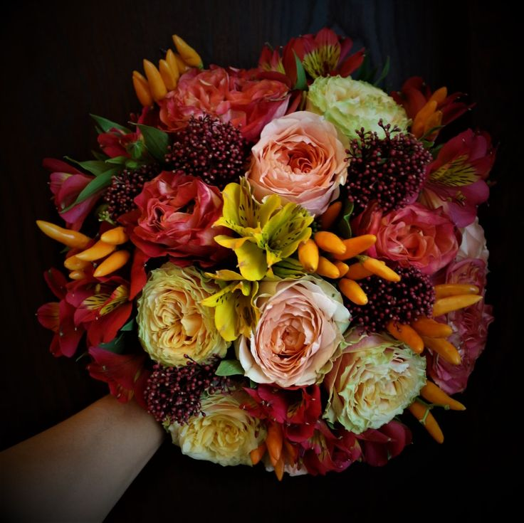 #colorful  #autumnal #bride #bouquet #madewithjoy #paulamoldovan #livadacuvisini #roses #colors #spicy