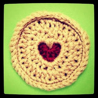 Make It: Crochet Jammy Dodger - Free Pattern & Tutorial #crochet #amigurumi