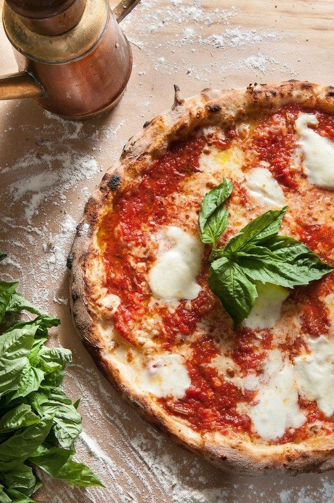 Pizza Margarita (Napels-Italië): Pizza in de kleuren van de Italiaanse vlag met tomaten, mozzarella en basillicum. L'APPETITO BUONO!