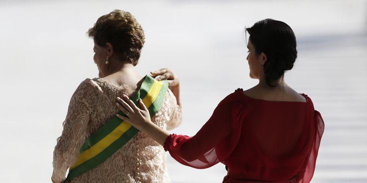 Deixo essa imagem porque ela choca. Ela incomoda. A filha Paula Rousseff e sua mãe, ao receber a faixa presidenta do Brasil. Não se vê ternos, gravatas ou cabelos brancos. Apenas uma mãe e uma filha que não precisam da figura masculina para estar onde estão.