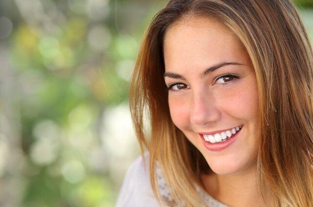 I capelli grigi sono un segno del tempo che passa e non dovrebbero essere coperti da tinture chimiche e artificiali. Al giorno d'oggi, però, non è solo l'età che avanza a portare un cambiamento nella pigmentazione dei capelli. Stress, cattiva alimentazione, inquinamento, genetica, malattie possono essere il motivo per la comparsa precoce dei capelli grigi. […]