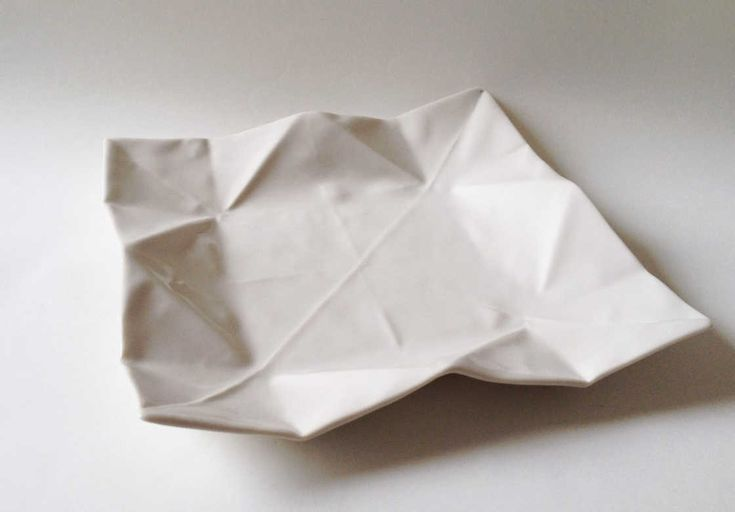 Une magnifique collection de vaisselle en porcelaine inspirée par l'art japonais de l'origami, dans laquelle assiettes, bols, tasses et pots imitent parfaiteme