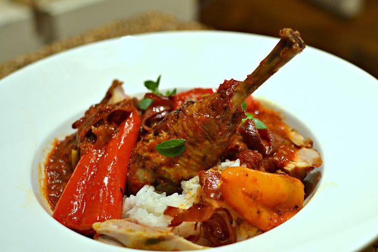Une recette chaleureuse et typique du Pays-Basque : le poulet basquaise ! La vraie recette traditionnelle, facile à faire et délicieuse !