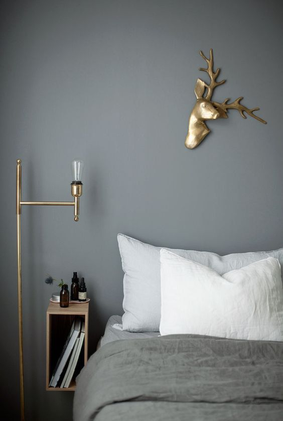 Un cerf en or en guise de tête de lit