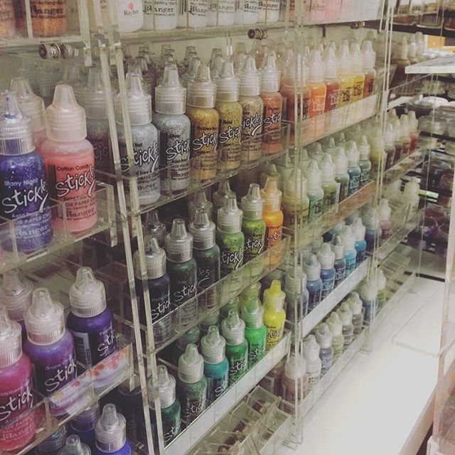 Det glitrer hos #hobbykunst med masse farger av #stickles