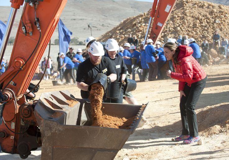 Shovelling the dirt | The Biggest Loser Australia