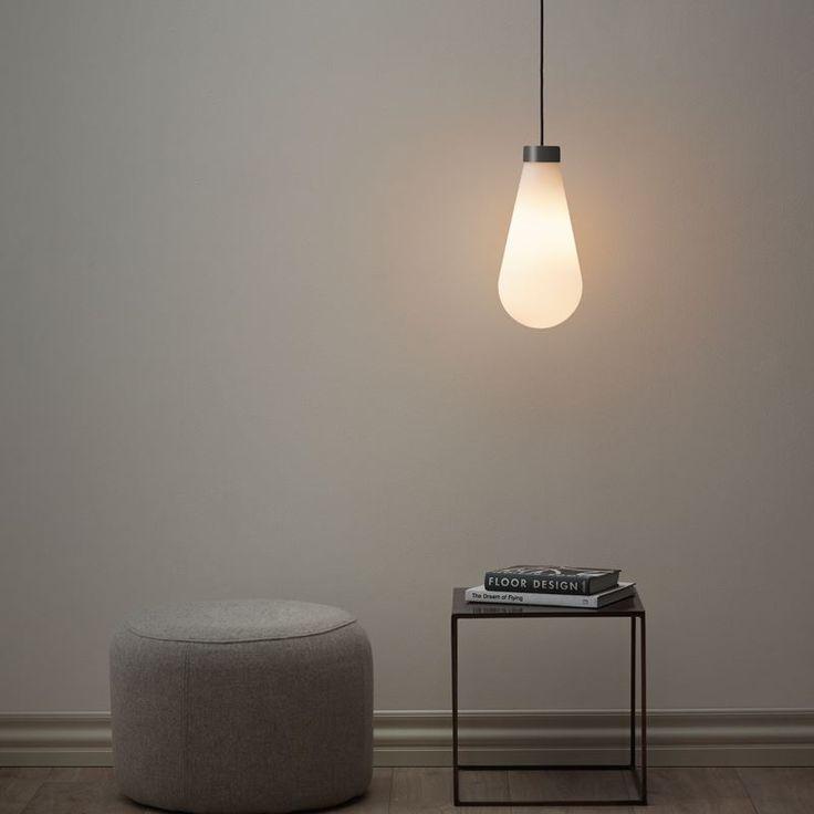 Tear är en vacker taklampa från Herstal som har en grafitgrå topp, opalfärgat glas och en snygg svart textilkabel.