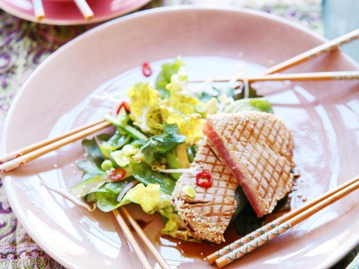 Thaise salade met gegrilde tonijn, peultjes en sesamzaad Wat heb je nodig: Voor de tonijn: sesamzaad, tonijnsteaks, koriander Voor de salade: komkommer, eikenbladsla, lente-uitjes, rode peper, peultjes, rode ui, tauge, avocado Voor de dressing: sojasaus, knoflookteen, gemberwortel, gembersiroop, rode peper, limoen sap