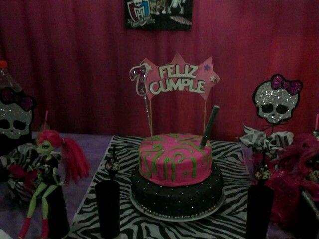 Torta VenuMcfly y Caty Noir. Con pastillaje rosa y verde. Tmb negro y perlas plateadas comestible.
