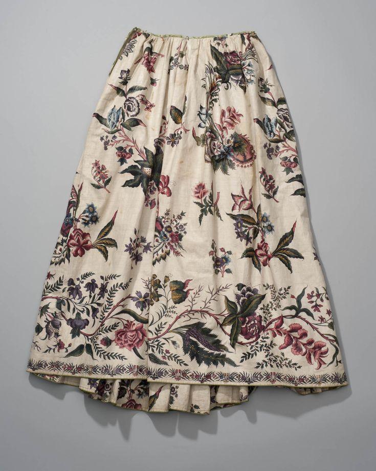 Vrouwenrok van Indiase sits. De katoen van de rok werd omstreeks 1750 door een Indiase sitsschilder voorzien van een randdessin van veel kleurige grote bloemen. Sits met een dergelijk randdessin werd speciaal voor rokken vervaardigd. De rok is afkomstig uit de nalatenschap van de Zaanse familie Vis. In de Zaanstreek maakten sitsen rokken in de 18de eeuw deel uit van het modekostuum dat samen met de Zaanse hoofdtooi gedragen werd. #NoordHolland #Zaanstreek