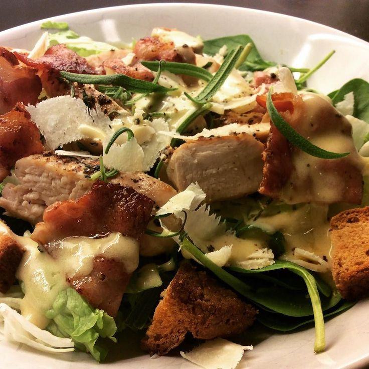 Caesar salat Oppskrift på bloggen. #pappautengluten #kapersoliven #glutenfree #glutenfri #glutenfreelife #cøliaki #cøliakiforeningen #celiacdisease #celiac #glutenfritterikkekjedelig #utengluten by pappautengluten