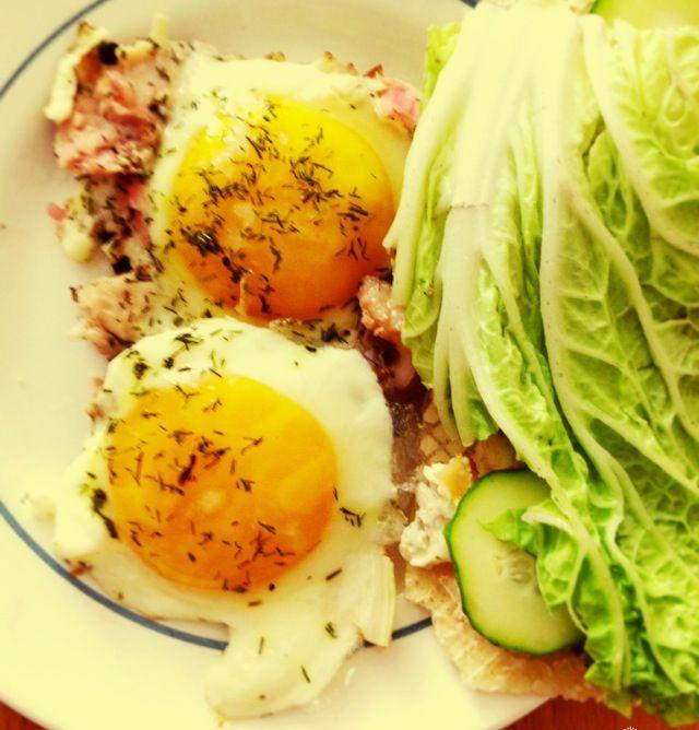 Полезный завтрак. ~230 ккал.  На оливковом масле обжариваем курицу, лук порей, добавляем два яйца,  сверху посыпаем сухим укропом. Хлебец мажем маслом, от яичницы отделяем белок, кладем на наш бутерброд. Сверху кладем порезанный кружочками огурец и лист салата.  Приятного аппетита!