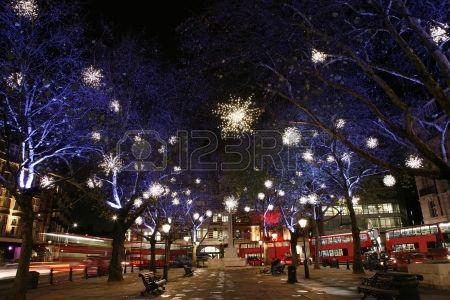 Kerstverlichting Weergave op Sloane Square in Chelsea Londen De moderne kleurrijke kerstverlichting  Stockfoto