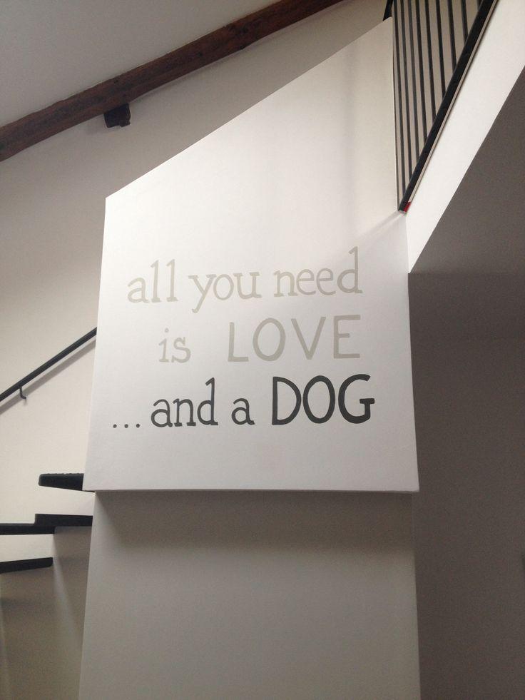 Deco Project!!! Un modernissimo loft, una parete spoglia, la voglia di avere qualcosa di originale e unico!! Una simpatica scritta realizzata a mano libera nelle tonalità del canapa e muschio decorano questo spazio!!!