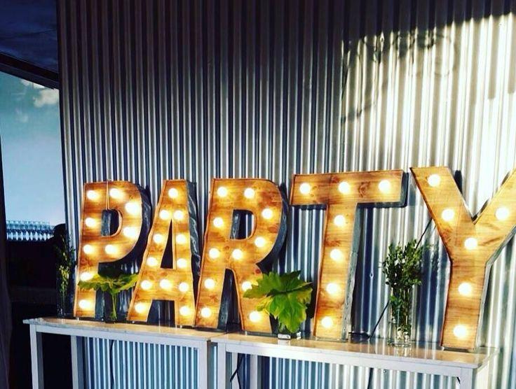 Mirá imágenes de diseños de Jardines estilo moderno}: Cartel Party. Encontrá las mejores fotos para inspirarte y creá tu hogar perfecto.