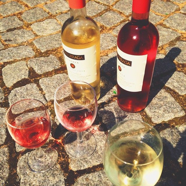 Food Festival kontoret sluttede igår arbejdsdagen af med maner med et køligt glas vin Et råd med på vejen: Husk at drikke masser af væske når solen er fremme  #madhyldest #vinogsommer #foodfestival15 #aarhus @foodfestivalofficial #mitaarhus
