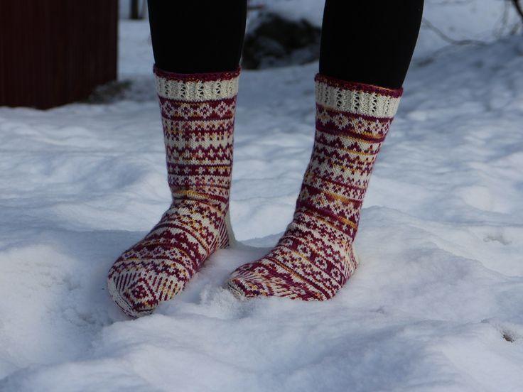 Myria sokker, vakkert utført teststrikking av Wenche Magerøy. Spennende sokker som ikke blir like noen andres. Mønsteret blir til ved å slå terning :)