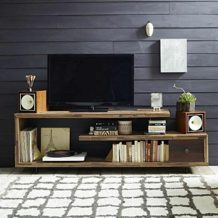 meuble tv bois, mur gris, meuble en bois massif, plante verte, lampe décorative