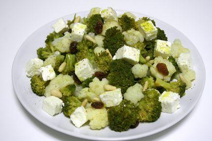 Insalata di cavolfiore, broccoli e feta con uva passa e pinoli