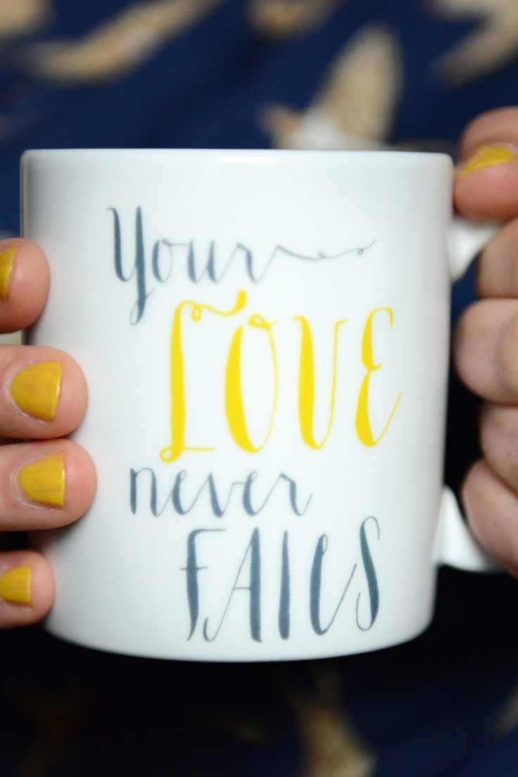 """Diese große Tasse hat ganz viel Platz für dein Lieblingsgetränk! - Es bleibt der Platz in deinem Herzen, den Gott mit seiner Liebe füllt, Gottes großartige Liebe vergeht niemals! Und sie hört nicht auf, und hört nicht auf, und hört nicht auf zu fließen - daran mögen wir dich mit dieser Tasse immer wieder erinnern! Bibelvers auf der Tasse: """"Love never fails."""" - 1. Corinthians 13,8, """"Die Liebe vergeht niemals."""" - 1. Korinther 13,8"""