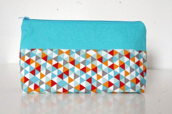 """Trousse / pochette """"fourre-tout"""" zipée  en tissu turquoise et imprimé géométrique personnalisable"""