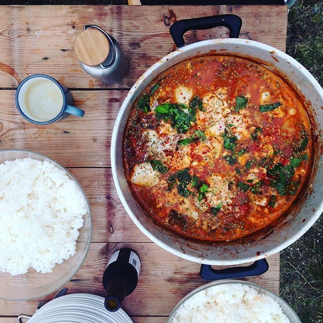 A weird (but naice) version of shakshuka for dinner. Tomatoes, courgettes, aubergines with eggs, paprika, chillis, parsley. Served with tzatziki and jasmine rice. #happycampers #apotfulloflove #bakerontour #designersonholiday #travelgram #sweden #gotland #shakshuka