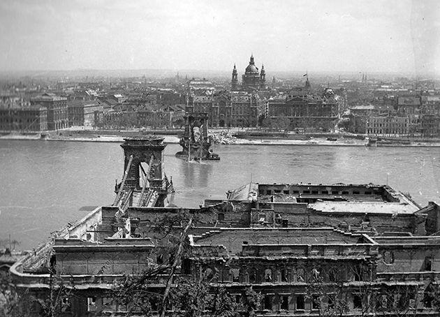 A Lánchíd és a pesti Duna-part a budai Várból nézve