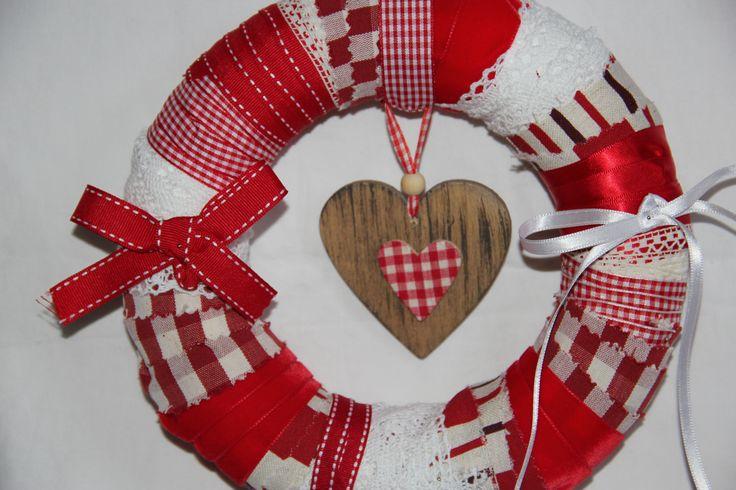 Couronne de Noël faite avec des bandes de tissus et des rubans épinglés sur une couronne en polystyrène