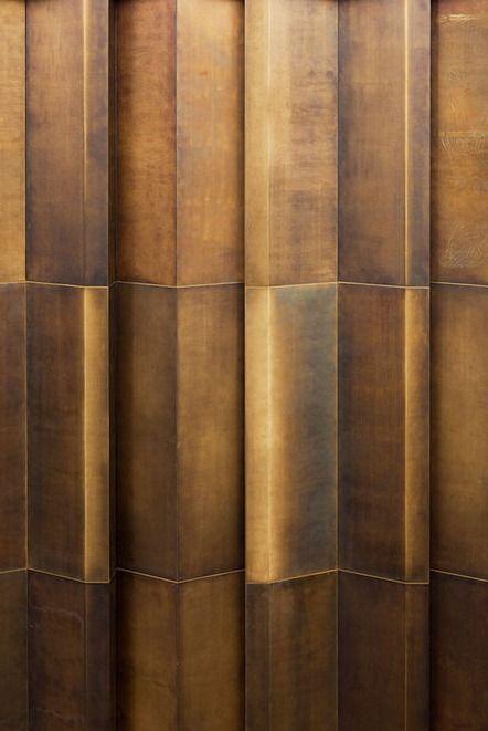 Das Material hat tolle Nuancierungen - unterstrichen durch die Licht - und Schattenwirkung. LUV Living a Unique Vision // Bronze facade. Joseph Pschorr Haus building KUEHN MALVEZZI