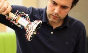La clave está en el uso de uso de piezas imprimibles en 3-D y  componentes electrónicos de código...