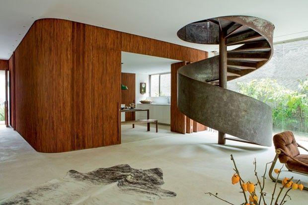 Painel de pau-ferro e escada em ferro oxidado   Casa da Arquiteta Carolina Maluhy (Foto: Ricardo Labougle)