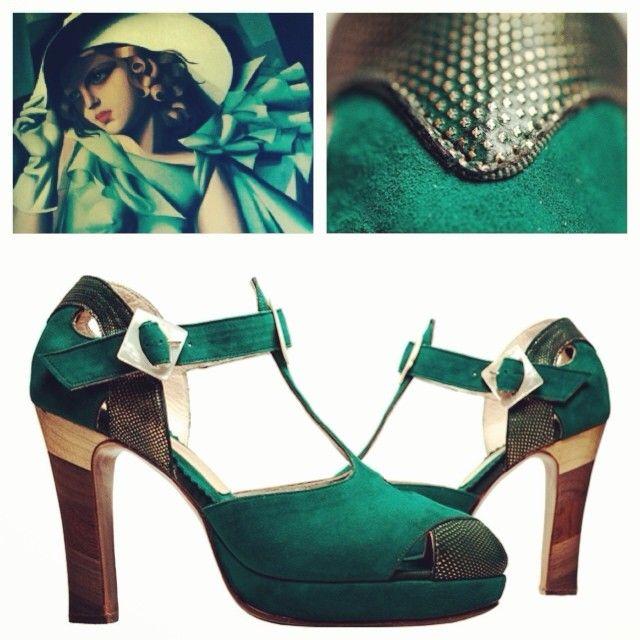 Influential #Artdeco inspired t-bar #sandals with #vintage #buckle. 🇷🇺 #Сандали с t-bar вхоновленные влиятельным течением Ар-Деко с винтажной пряжкой. #ардеко #мода #туфли #стиль #fashion #couture #madetoorder #shoes #винтаж #кутюр #сделаноназаказ #пошив #ателье #зеленый #green #suede