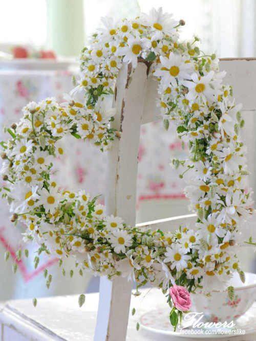 ۞ Welcoming Wreaths ۞  DIY home decor wreath ideas - daisy heart