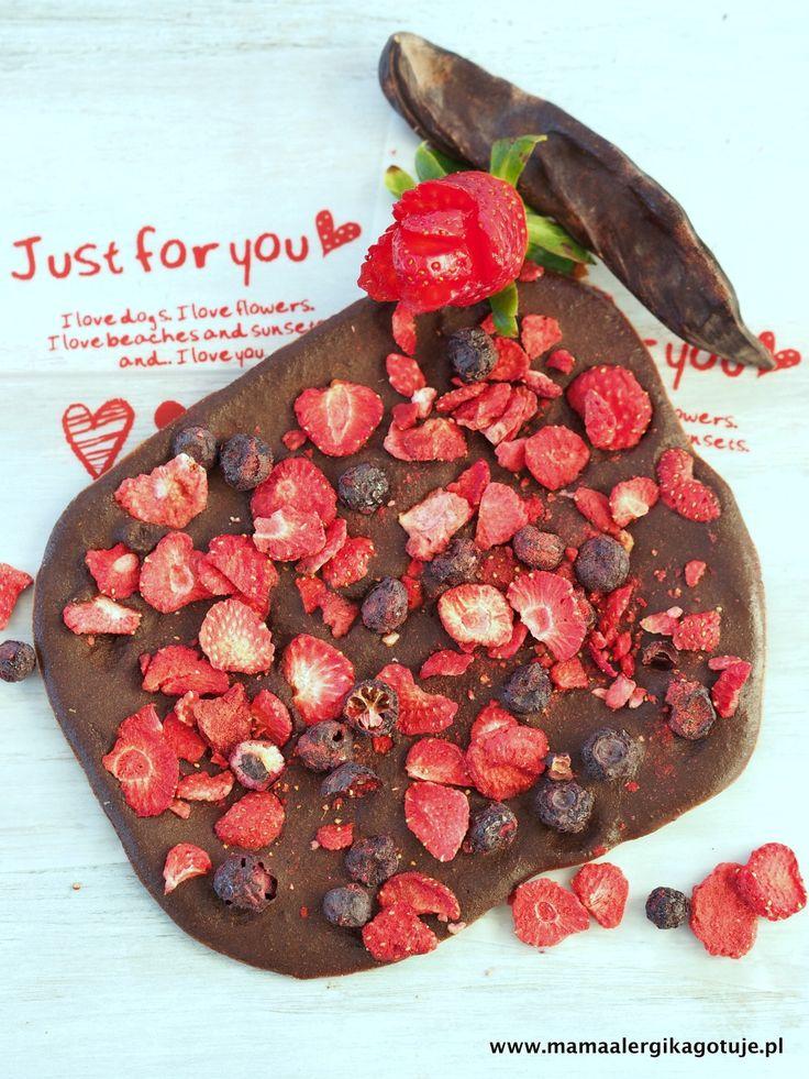 Domowa wegańska czekolada karobowa z truskawkami