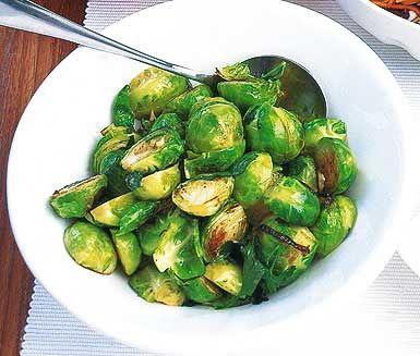 Stekt fräsch brysselkål i god olivolja och tillsätt vitlök och persilja för en härlig smak. Ett enkelt men väldigt uppskattat och smarrigt tillbehör till måltiden!