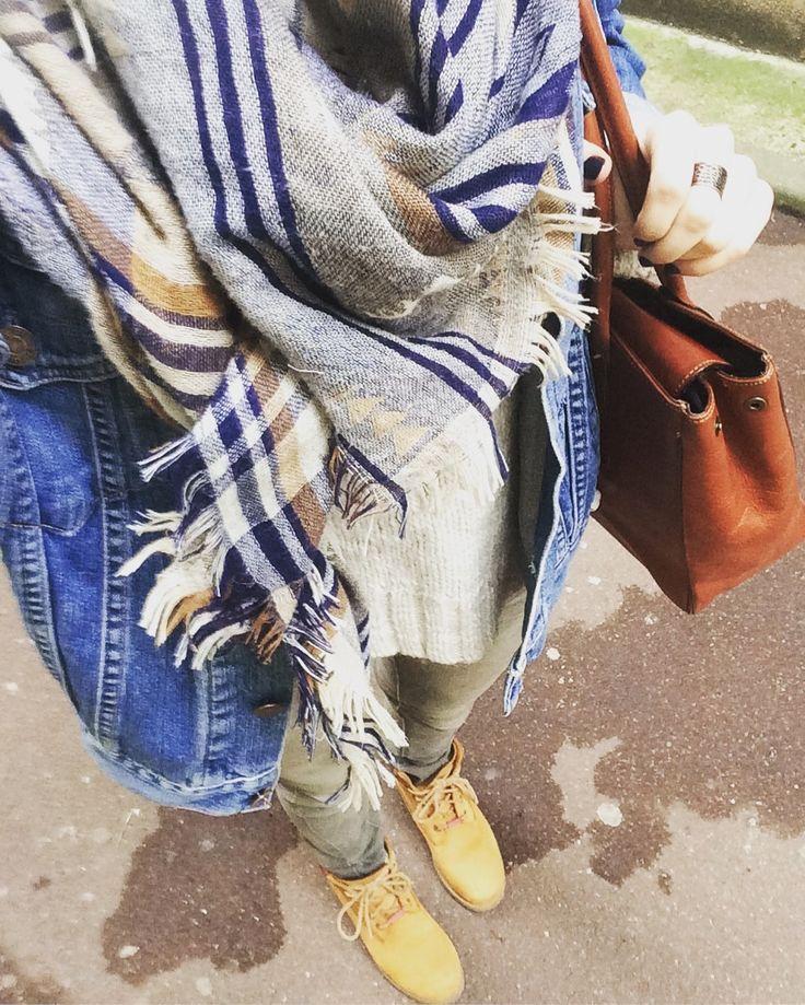 Veste en jean, Timberland et jean kaki #lookoftheday #picoftheday #outfits #timberland #veste #jean #levis #echarpe #primark #hiver #soleil #ilfaitfroid #rayondesoleil #bonheur #bientotleweekend #lilou_et_kikinou