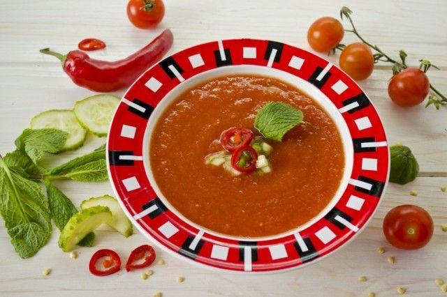 Гаспачо — холодный суп из помидоров Многие привыкли к традиционным супам, которые обычно готовят в наших широтах в жаркую пору года, и незаслуженно обходят вниманием рецепты жарких стран. Бабушки гот…