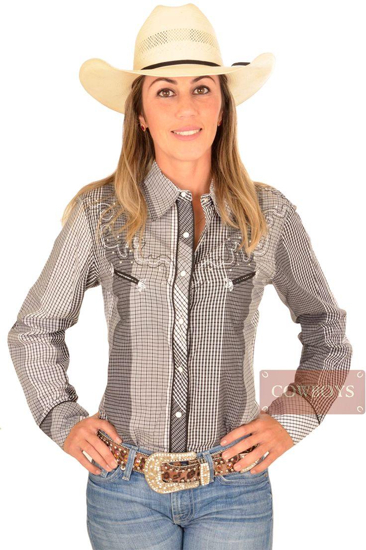 Camisa feminina Cowgirl Up Branco e Preto   Camisa feminina, manga longa, marca Cowgirl Up, dois bolsos, tecido 100% algodão, nas cores preto e branco, bordados na mesma cor e detalhes em strass, fechamento em botão de pressão. Uma camisa pra cowgirl brilhar em competições, rodeios e festas. Atual e classica, essa camisa se torna um excelente presente e indispensável no guarda roupas das cowgirls que estão sempre por dentro da moda country.