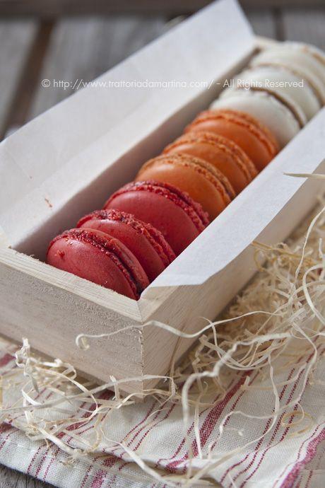 I macarons, colorati dolcetti di origine francese a base di mandorla e con i ripieni più svariati.