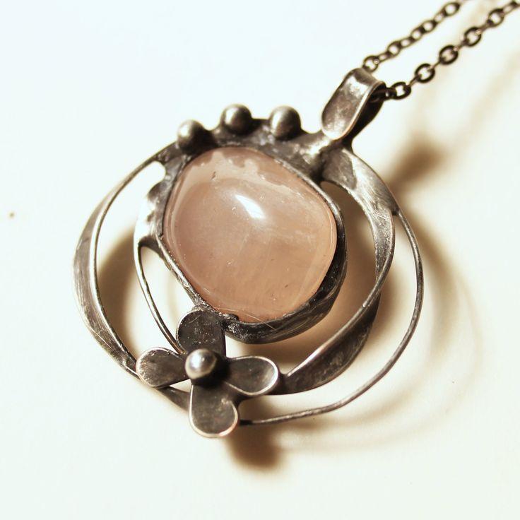 Pro Růženku Šperk vyrobený z cínu a valounku růženínu. Je leštěný, patinovaný a ošetřený antioxidačním činidlem. Hodí se na řetízek nebo barevnou stužku. Dodám dle domluvy. Velikost šperku je 4x4,5cm. by vevinka