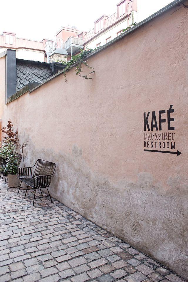 Vi tog frukostmöte på Kafé Magasinet idag. Men innan Nina kom smög jag runt på innergården och spanade upp mot mitt gamla sovrumsfönster. Det med murgröna omkring tillhörde min första bostadsrätt och