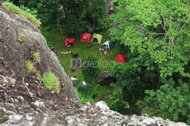 Banyak tempat yang bisa dijadikan camping ground di Gunung Nglanggeran ini, dari bawah sampai puncak gunung tersebut asik untuk di jadikan tempat untuk camping atau mendirikan tenda. (Benedictus Oktaviantoro/Maioloo.com)