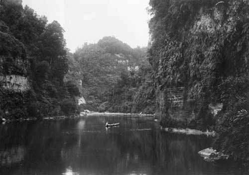 The Drop Scene near Pipiriki on the Whanganui River became known as an iconic beauty spot in the early 20th century. A paddle steamer took tourists up the river to enjoy the 'Rhine of New Zealand'. The name 'Drop Scene' was given to the view because it looked like a painted theatrical landscape, although there was an existing Māori name, Aratira.